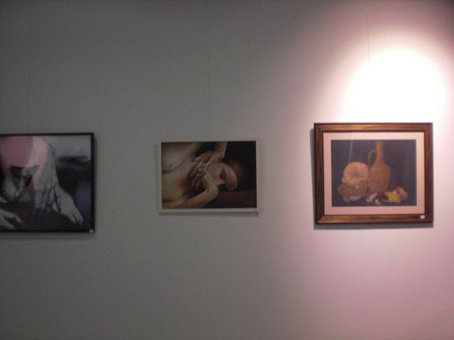 obras de Garrido a la izquierda. A la derecha Bodegón a pastel de Carmen Villelga