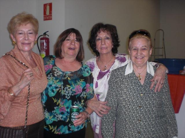 Elisa ,Mari Angeles,Carme  y Nati,contentas  antes del guateque