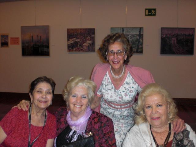 En el centro sentada.la pintora Angeles Quismondo  y sus amigas