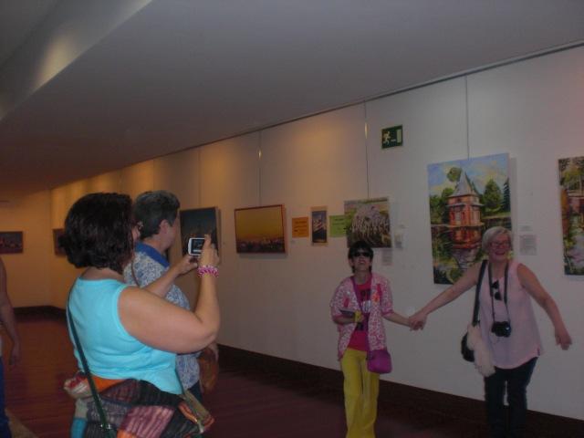 Lara  e Isabel posando delante de los magnificos cuadros  cuadros   de Isabel ,para la profesora