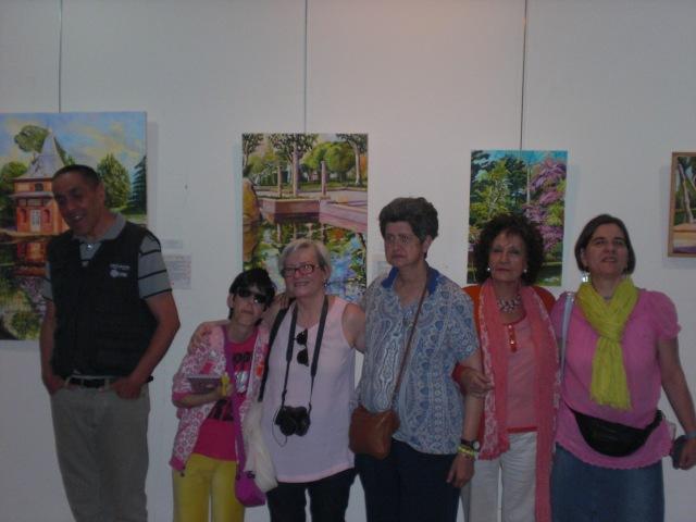 Un grupo de admiradores del arte  ,posando ante la obra de Isabel Suarez