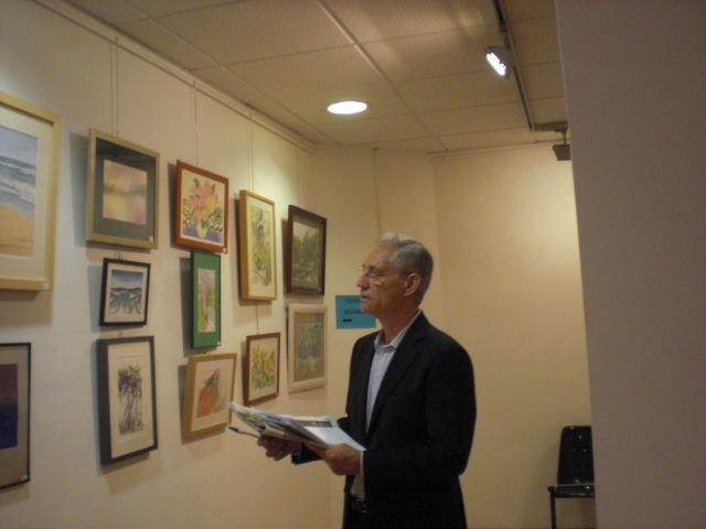 Marcos Rubio. Examinando  los cuadros como parte del jurado.Actualmente expone en el Reina Sofia