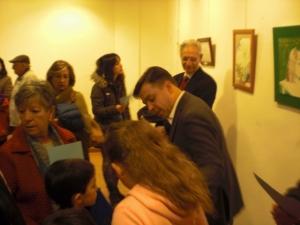 El pintor Marcos Rubio, que actualmente expone  su obra en León,con el Concejal David Erguido. Atendiendo a los artistas