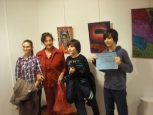 La presidenta de la Asociacíón, Carmen Holgueras con tres magníficos pintores Rumanos