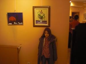 Una artista delante de su obra