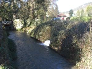 rio delante del castillo