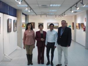 Los tres pintores con la presidenta .  Paloma Melo.Guillermo Roman y Augusto Maffiotte