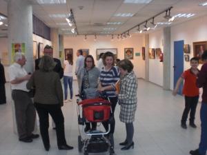 La pintora Maria Rubio admirando a un precioso bebé:otra obra de arte