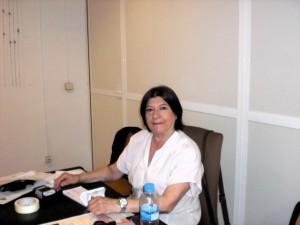 Nuestra eficiente  y paciente secretaria. Mª Angeles,esperando la llegada de las obras de arte
