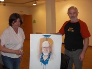 Mª Angeles y el pintor  Tudor Sabernescu con  la obra presentada