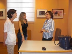 La pintora Pilar Salinas ,explicando  su obra a dos amigas